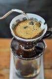 咖啡绽放,当barista起动倾吐的水 免版税库存照片