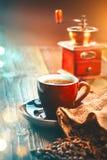 咖啡 杯浓咖啡和磨咖啡器,在木桌上的烤芳香咖啡豆 库存照片