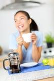 咖啡-法国人新闻咖啡和妇女喝 免版税库存图片
