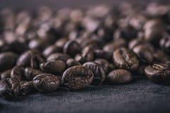 咖啡 烤咖啡豆在具体背景自由地溢出了 免版税库存照片