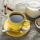 咖啡以黄色 免版税图库摄影