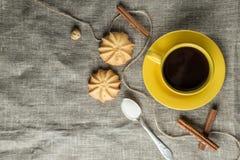 咖啡以黄色 免版税库存图片