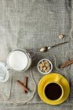 咖啡以黄色 免版税库存照片
