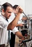 咖啡barista在工作 免版税图库摄影