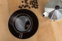 咖啡coka概念 Moka从蒸的咖啡滴水在桌上 免版税库存照片