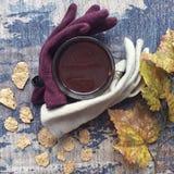 咖啡flatlay与槭树叶子、羊毛手套和玉米片 免版税图库摄影