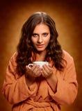 咖啡JPG杯子 拿着咖啡杯的妇女 库存照片