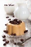 咖啡panna陶砖用巧克力糖 免版税库存图片
