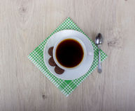 咖啡wiyh堆各种各样的脆饼和燕麦曲奇饼用在木背景的谷物 库存图片