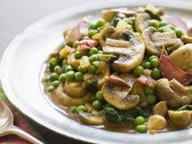 咖喱大蒜烤的蘑菇豌豆 库存照片