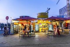 咖喱香肠小屋卖柏林食物专长Currywurst 图库摄影