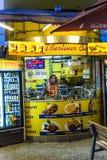 咖喱香肠小屋卖柏林食物专长Currywurst 免版税库存照片