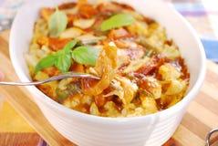 咖喱鸡肉沙锅菜用花椰菜和土豆 免版税库存照片