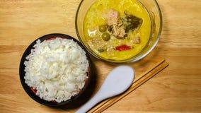 咖喱,鸡胸脯,金枪鱼肉,辣椒,椰子,米 库存照片