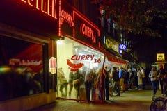 咖喱36香肠currywurst在柏林拿走 免版税库存图片