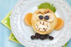 咧嘴笑的猴子滑稽的万圣夜薄煎饼 免版税库存图片