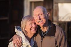 咧嘴笑的更旧的夫妇 库存图片