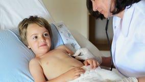 咨询一个小男孩的医生 库存照片