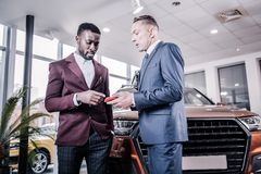 咨询他兴旺的客户的非裔美国人的销售经理 图库摄影