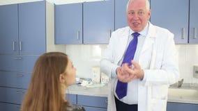 咨询妇女患者的整形外科医生在鼻子前改造做法在秀丽诊所 股票录像