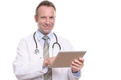 咨询片剂计算机的男性医生 免版税库存图片