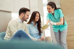 咨询牙医的患者在牙齿诊所 图库摄影
