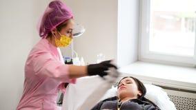 咨询的女孩在化妆师的医生 股票视频