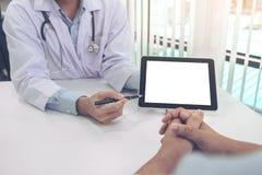医治咨询的患者并且推荐治疗方法,并且如何使身体恢复原状,提出在片剂计算机上收效 免版税库存图片