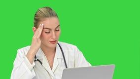 给咨询的医生耐心网上有录影闲谈通过在一个绿色屏幕上的便携式计算机,色度钥匙 股票录像