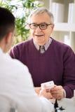 咨询资深患者的医生 免版税库存照片