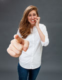 咬住她的手指的害怕的少妇为避免骚扰 库存照片