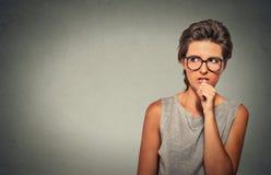 咬住她的指甲盖的紧张的看的妇女热衷急切的事 免版税图库摄影