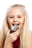 咬住巧克力蛋糕的女孩 免版税图库摄影