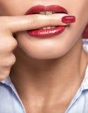 咬住手指的白色teeths 免版税库存图片