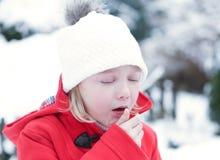 咳嗽与流感的女孩在冬天 库存照片