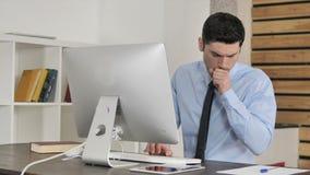 咳嗽在工作、咳嗽和喉头传染的不适的年轻商人 股票视频