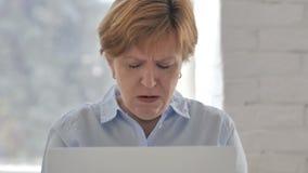 咳嗽在工作,咳嗽的病的老妇人 股票录像