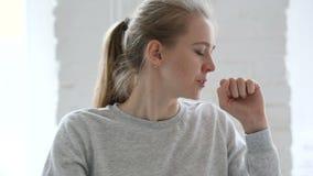 咳嗽年轻女人的画象,喉头传染 股票视频