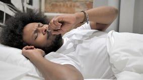 咳嗽病的非洲的人,当睡觉在床,咳嗽上时 影视素材