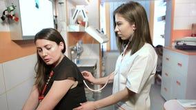 咳嗽被咨询由医生的妇女 股票视频