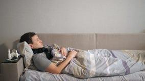 咳嗽说谎在沙发的人 影视素材