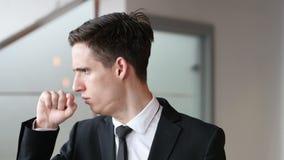 咳嗽,咳嗽在办公室的病的商人 股票视频