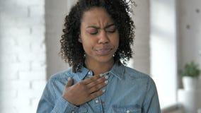 咳嗽,咳嗽在工作的病的女孩 股票视频