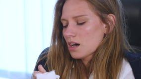 咳嗽,流鼻水,病的妇女,办公室 影视素材