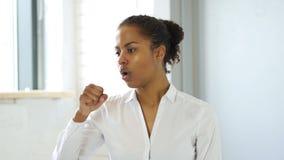 咳嗽,病的黑人妇女 影视素材