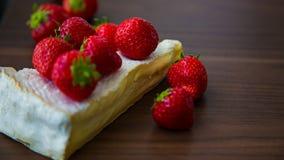 咸味干乳酪和莓果 图库摄影