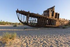 咸海的生锈的船在乌兹别克斯坦,在它的水以后变干了 免版税库存照片