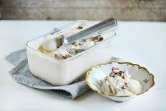 咸焦糖冰淇凌用被刮的黑块菌,自创纤巧 免版税库存照片