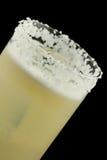 咸狗是在一块为盐装边的玻璃包含杜松子酒或伏特加酒和葡萄柚汁的饮料 图库摄影