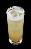 咸狗是在一块为盐装边的玻璃包含杜松子酒或伏特加酒和葡萄柚汁的饮料 库存图片